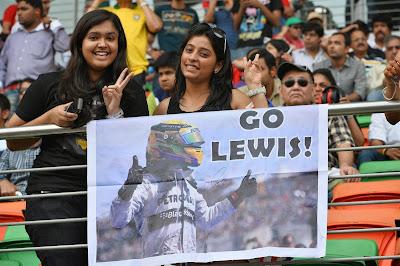 болельщицы Льюиса Хэмилтона с баннером Go Lewis на Гран-при Индии 2013