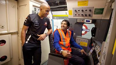 Льюис Хэмилтон в кабине машиниста в лондонской подземке 1 декабря 2011