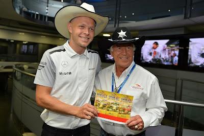 Кевин Магнуссен с билетами в ковбойской шляпе от Марио Андретти на Гран-при Италии 2014