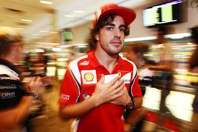 Фернандо Алонсо с бумажкой у сердца на автограф-сессии Гран-при Сингапура 2011