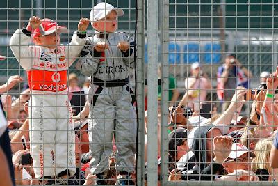 маленькие болельщики за ограждением на Гран-при Великобритании 2014