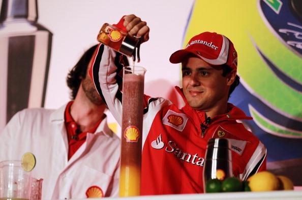 Фелипе Масса выливает жидкость в стакан на спонсорском мероприятии на Гран-при Великобритании 2011
