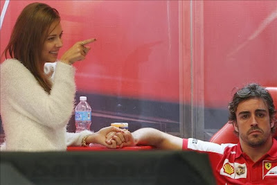 Даша Капустина показывает палец и Фернандо Алонсо на Гран-при США 2013
