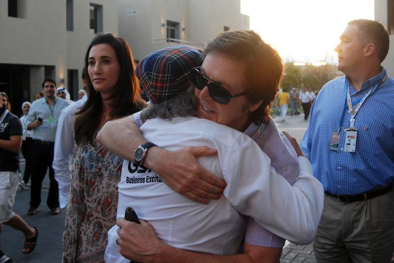 Пол Маккартни обнимается с Джеки Стюартом на Гран-при Абу-Даби 2011