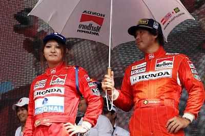 болельщики Сузуки в комбинезонах McLaren Айртона Сенны и Герхарда Бергера на Гран-при Японии 2012