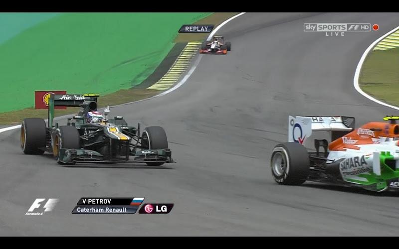 Виталий Петров показывает средний палец Force India в квалификации Гран-при Бразилии 2012