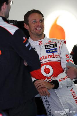 улыбающийся Дженсон Баттон на Гран-при Китая 2012