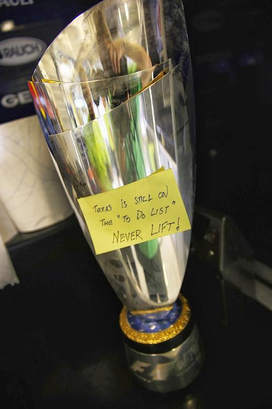 победный кубок Себастьяна Феттеля с планом следующей победы на Гран-при Абу-Даби 2013