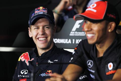 Себастьян Феттель и Льюис Хэмилтон смеются на пресс-конференция Йонама в четверг на Гран-при Кореи 2011