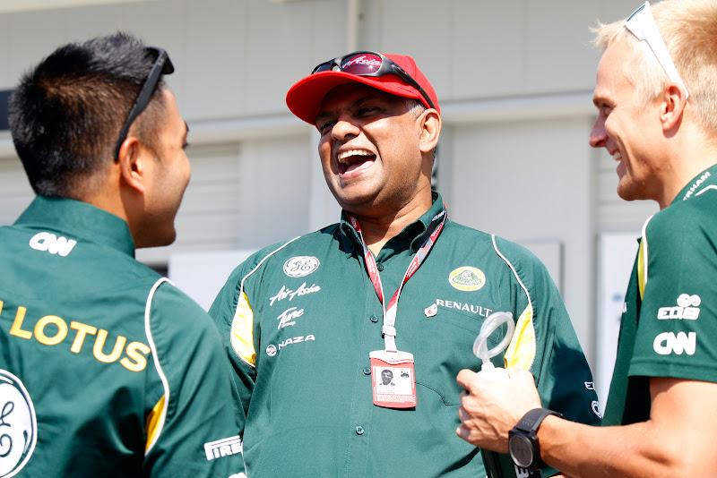 Риад Асмат Тони Фернандес Хейкки Ковалайнен смеются на Гран-при Японии 2011