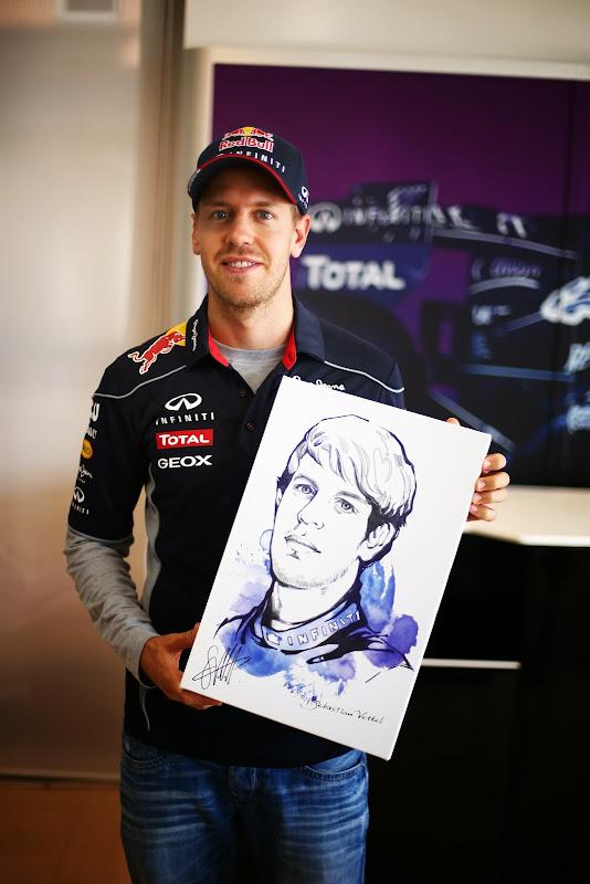 Себастьян Феттель со своим портретом на Гран-при Кореи 2013