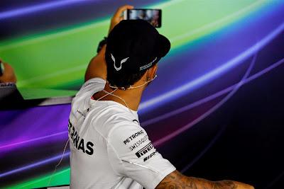 Льюис Хэмилтон делает селфи на пресс-конференции в четверг на Гран-при Италии 2014
