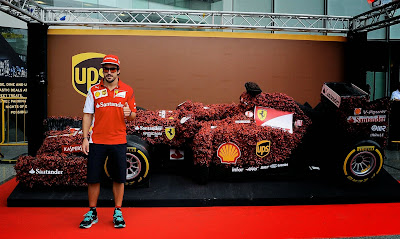 Фернандо Алонсо и тропический болид Ferrari из коры и фиттонии на Гран-при Сингапура 2014