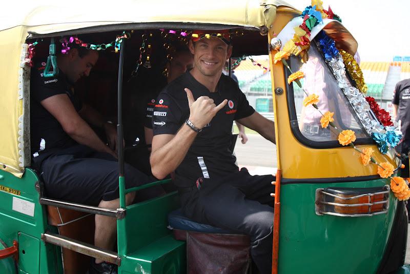 Дженсон Баттон с механиками в индийской машинке на трассе Буддх на Гран-при Индии 2011