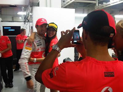 Льюис Хэмилтон фотографирует Дженсона Баттона и Джессику Мичибату на Гран-при Японии 2011