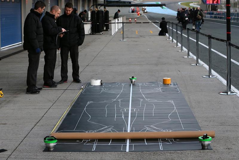 механики McLaren обдумывают стратегию пит-стопов на предсезонных тестах в Хересе 5 февраля 2013