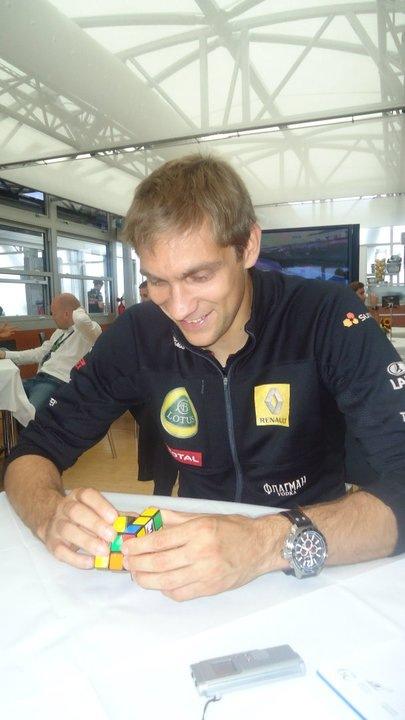 Виталий Петров собирает Кубик Рубик на Гран-при Венгрии 2011