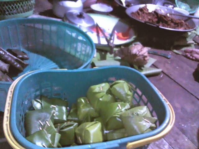 sokkol mandar yang telah ditusuk dan siap disajikan