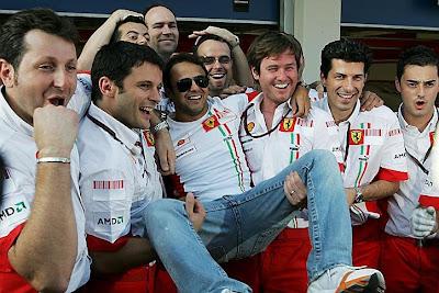 Фелипе Масса вместе с Робом Смедли и механиками празднуют победу на Гран-при Турции 2007