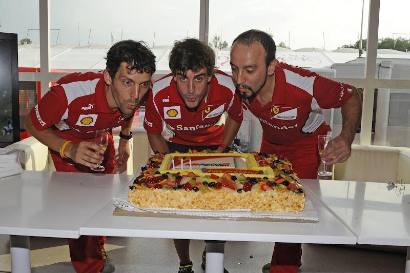 Фернандо Алонсо с механиками задувают свечи на дне рождения пилота на Гран-при Венгрии 2012