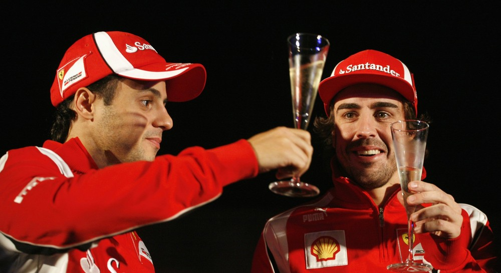 Фелипе Масса и Фернандо Алонсо с бокалами на Гран-при Индии 2011