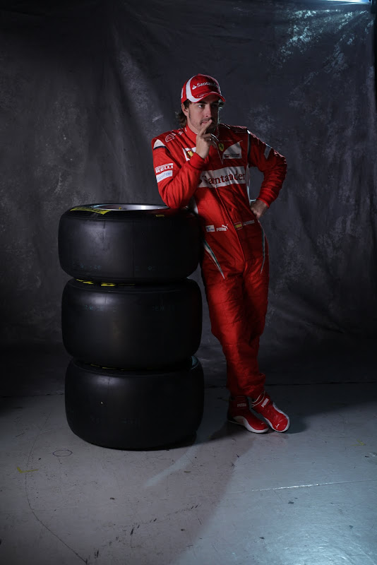 фотосессия Фернандо Алонсо с резиной Pirelli