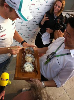Нико Росберг с китайскими палочками пробует китайскую еду на Гран-при Китая 2011