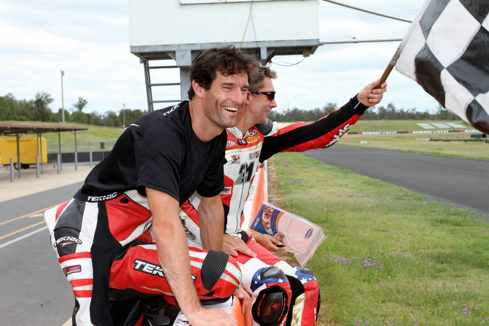 Марк Уэббер и Трой Бэйлисс размахивают клетчатым флагом на Queensland Raceway 29 декабря 2011