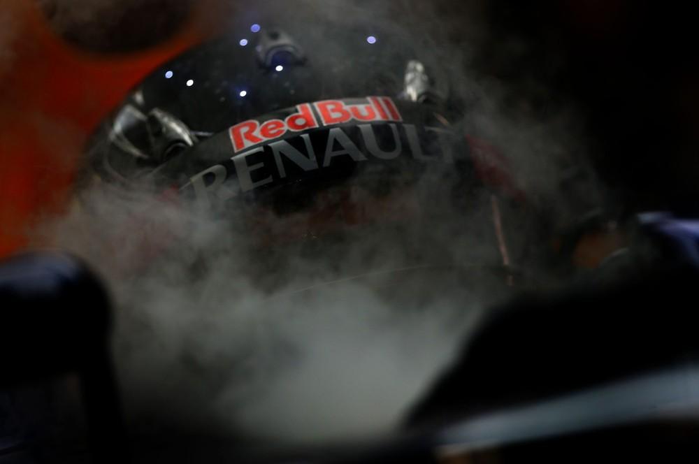 Себастьян Феттель в шлеме со звездами на Гран-при Сингапура 2012