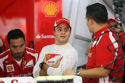 Фелипе Масса с механиками в боксах Ferrari на Гран-при Индии 2011