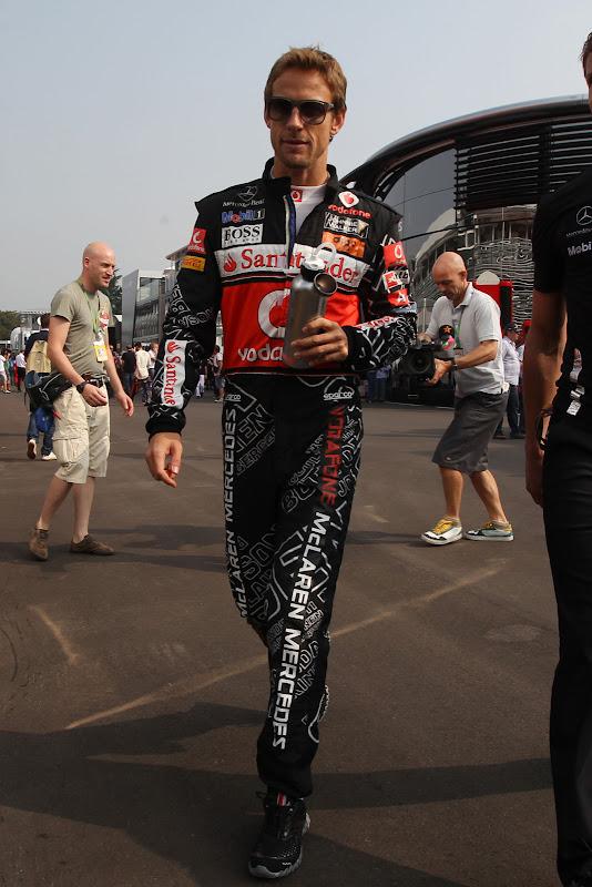 Дженсон Баттон идет по паддоку в специальном черном комбинезоне Hugo Boss на Гран-при Италии 2011 в Монце