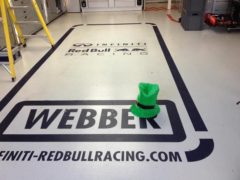 ирландская шапка в боксах Red Bull Марка Уэббера в честь Дня святого Патрика на Гран-при Австралии 2013