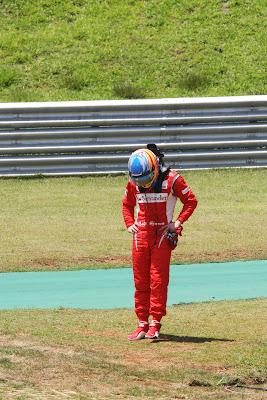 Фернандо Алонсо после схода во во время первой сессии свободных заездов на Гран-при Бразилии 2011