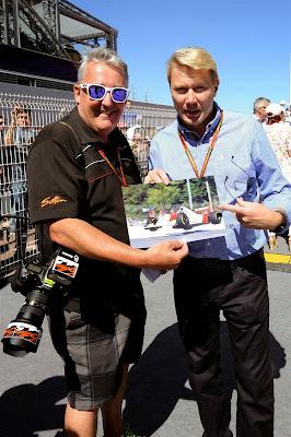 фотограф Марк Саттон берет автограф у летучего финна Мика Хаккинена на Гран-при Монако 2014