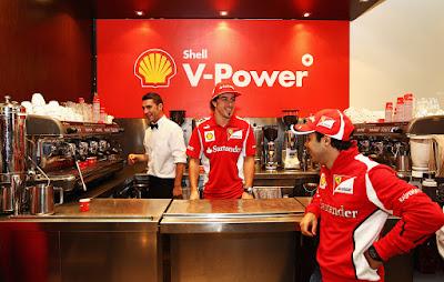 Фелипе Масса и Фернандо Алонсо на спонсорском мероприятии Shell перед Гран-при Австралии 2012