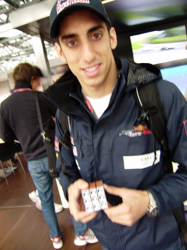 Себастьян Буэми с Кубиком Рубиком на Гран-при Венгрии 2011 на трассе Хунгароринг