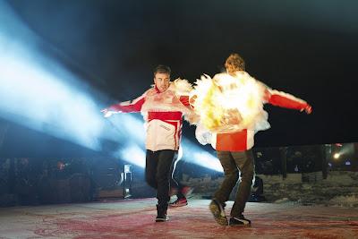Фернандо Алонсо и Ники Хэйден танцуют в ангельских крылышках на Wrooom 2013