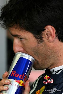 Марк Уэббер открывает банку Red Bull зубами на Гран-при Японии 2011