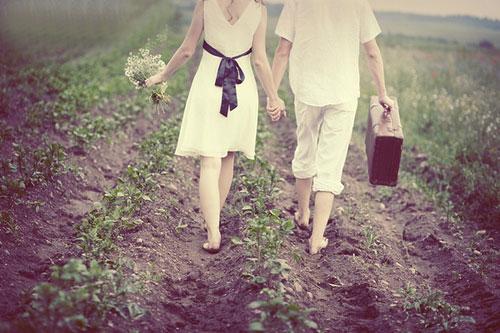 Chùm thơ tình yêu hay: Nắm chặt tay nhau, đừng buông nhé
