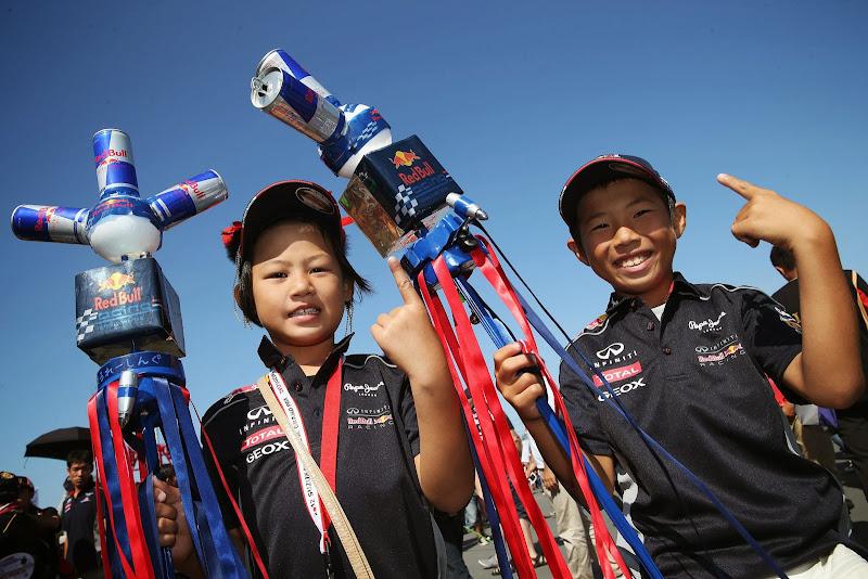 болельщики Red Bull с посохами из банок на Гран-при Японии 2013