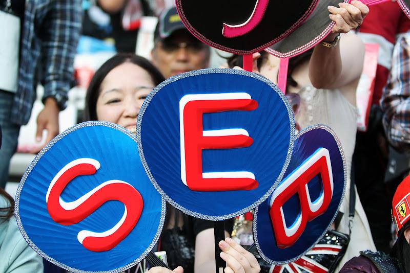 болельщица Себа с табличкой на Гран-при Японии 2011