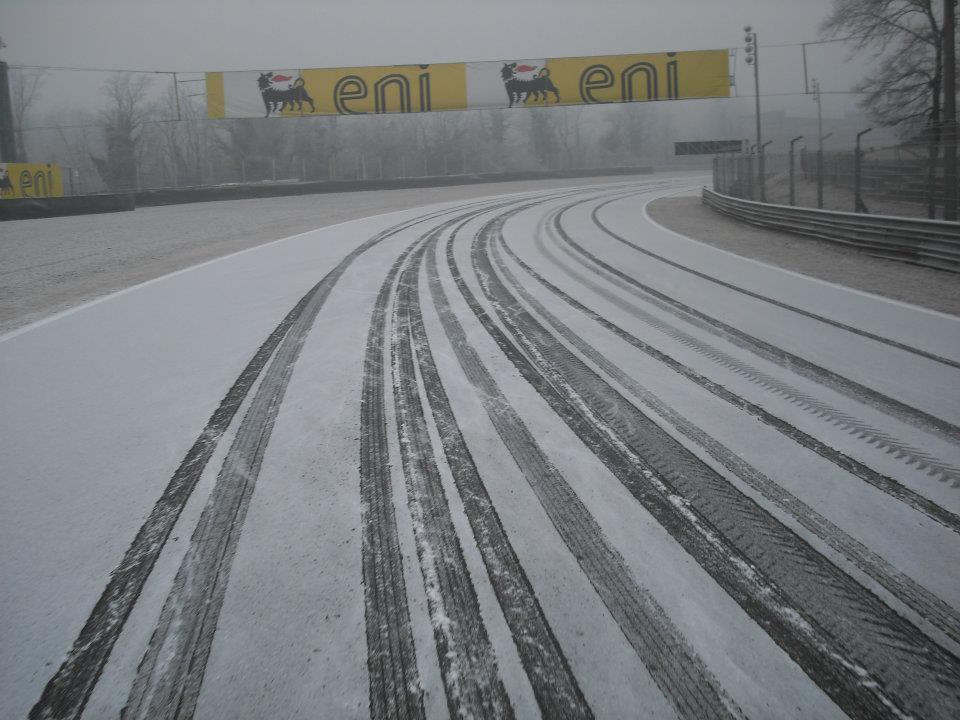 поворот параболика в Монце зимой в снегу