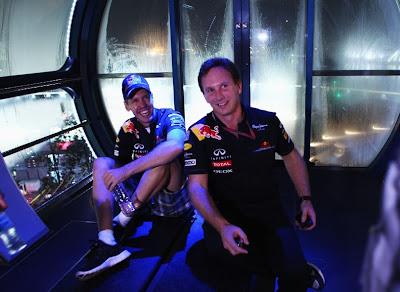 Себастьян Феттель и Кристиан Хорнер на колесе обозрения Singapore Flyer после гонки на Гран-при Сингапура 2011