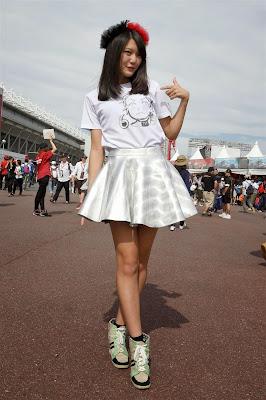 Nico Mana в футболке с нарисованным Нико Росбергом в паддоке Сузуки на Гран-при Японии 2014