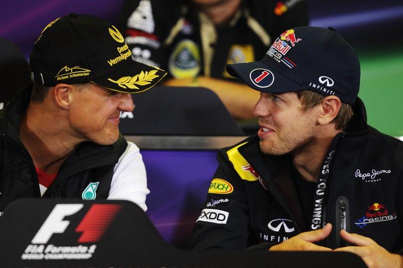 Михаэль Шумахер и Себастьян Феттель смотрят друг на друга на пресс-конференция Гран-при Бельгии 2011 в четверг