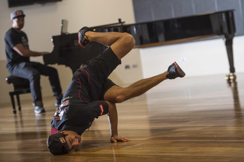 брейк данс от Даниэля Риккардо перед Гран-при Австралии 2013