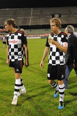 Виталий Петров и Себастьян Феттель на футбольном матче Nazionale Piloti перед Гран-при Италии 2011 в Монце