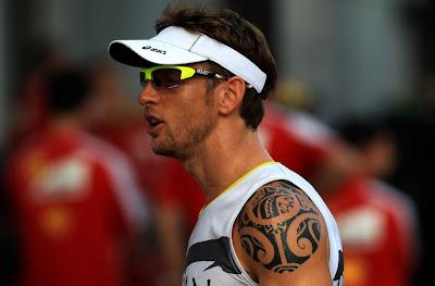 Дженсон Баттон с татуировкой на левом плече на Гран-при Малайзии 2013
