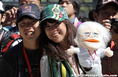 болельщицы с куклой Берни Экклстоуна на Гран-при Японии 2011