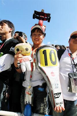 болельщица Льюиса Хэмилтона и McLaren с болидом на кепке на Гран-при Японии 2012
